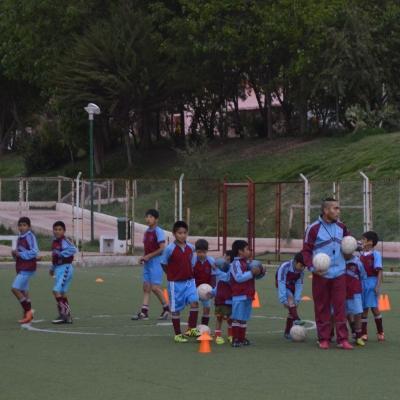 Clase de fútbol en nuestro voluntariado como profesor de educación física en Perú.